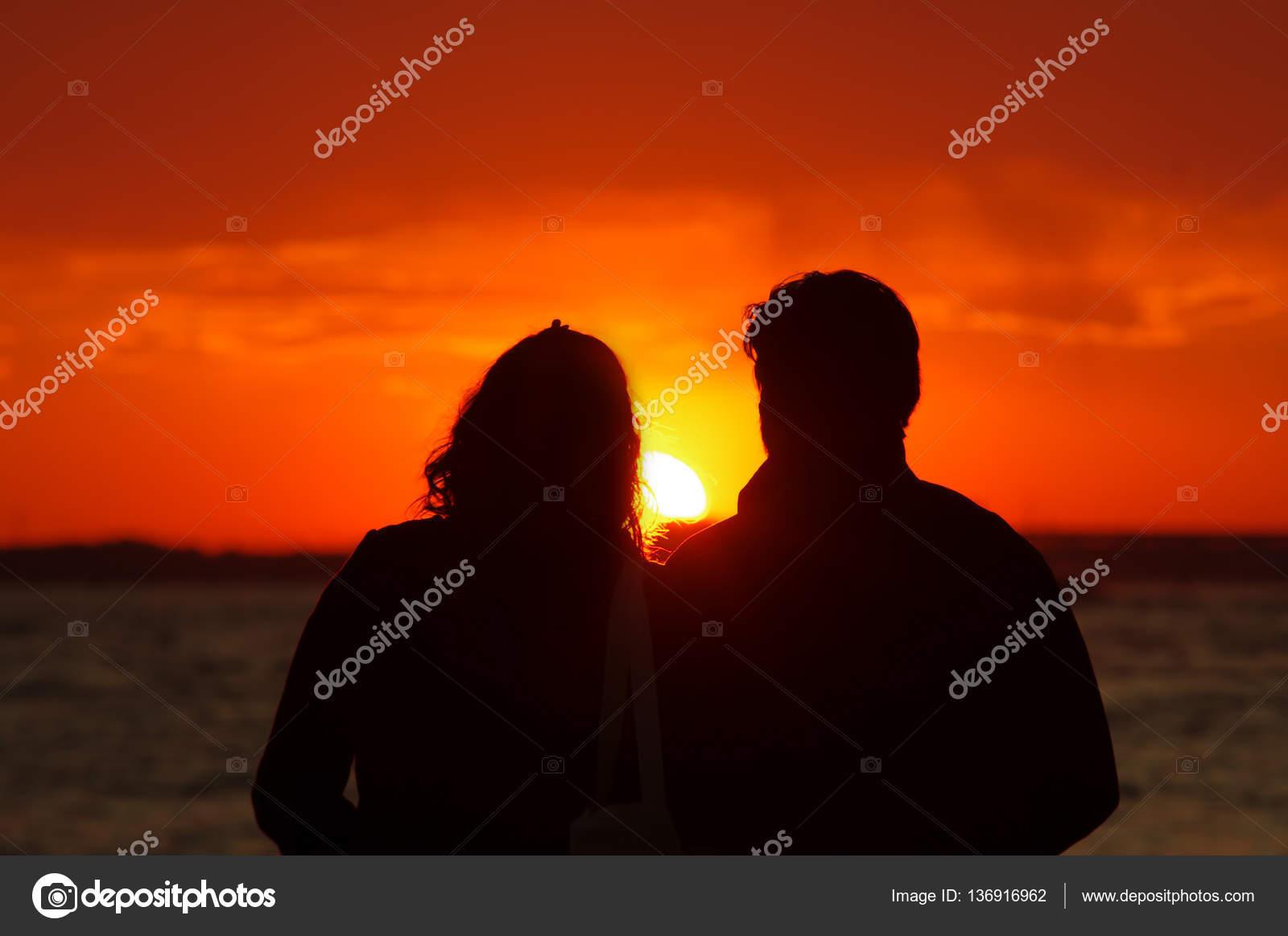 Imágenes Parejas Enamorados Pareja De Enamorados Viendo Atardecer
