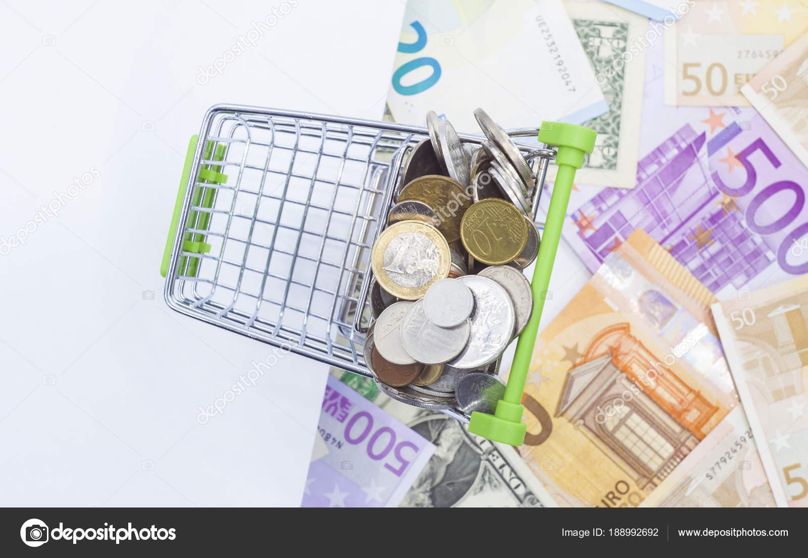 Warenkorb Mit Münzen Und Banknoten Hintergrund Weiße Tafel Für Die ...
