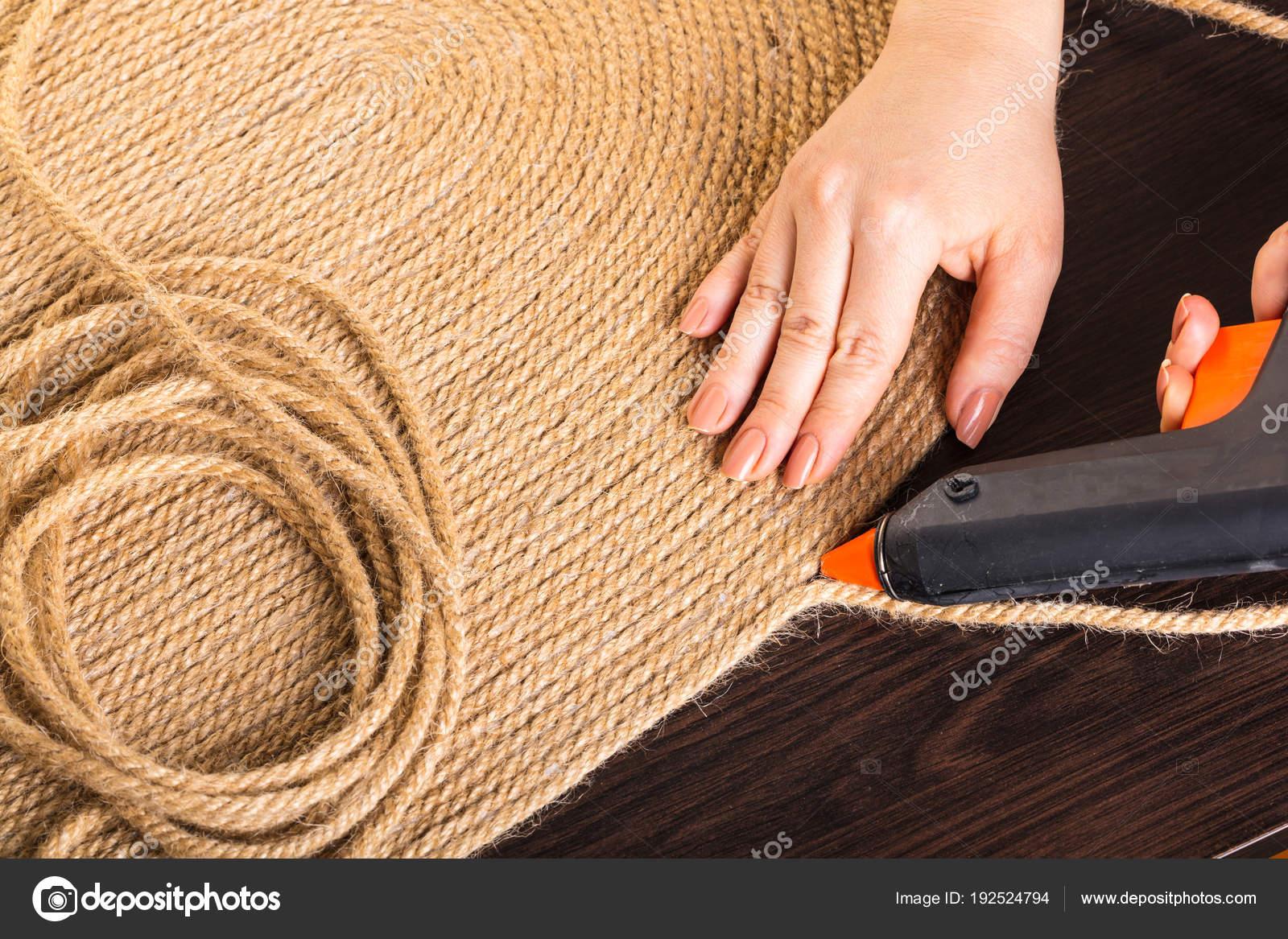 Realizzazione di tappeti da una corda — Foto Stock ...