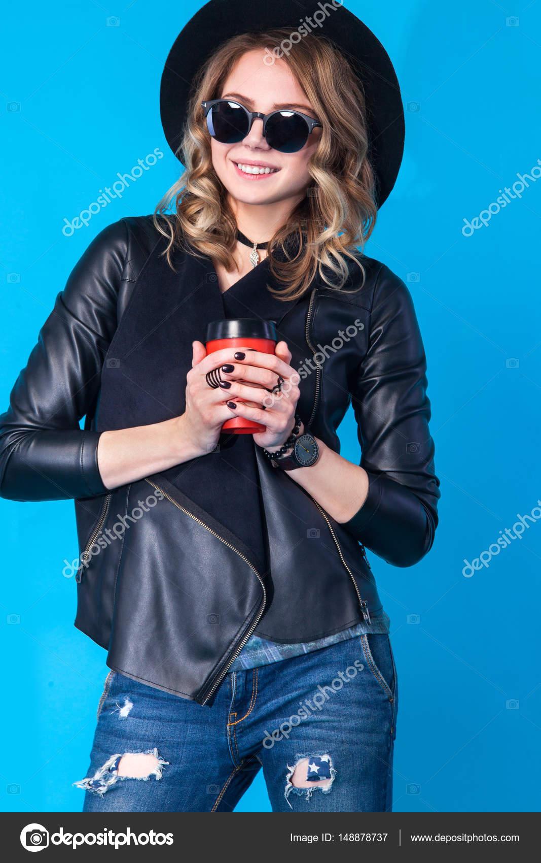 marques reconnues usa pas cher vente gamme exceptionnelle de styles et de couleurs Femme de hipster mode posant sur fond bleu. Noir veste en ...