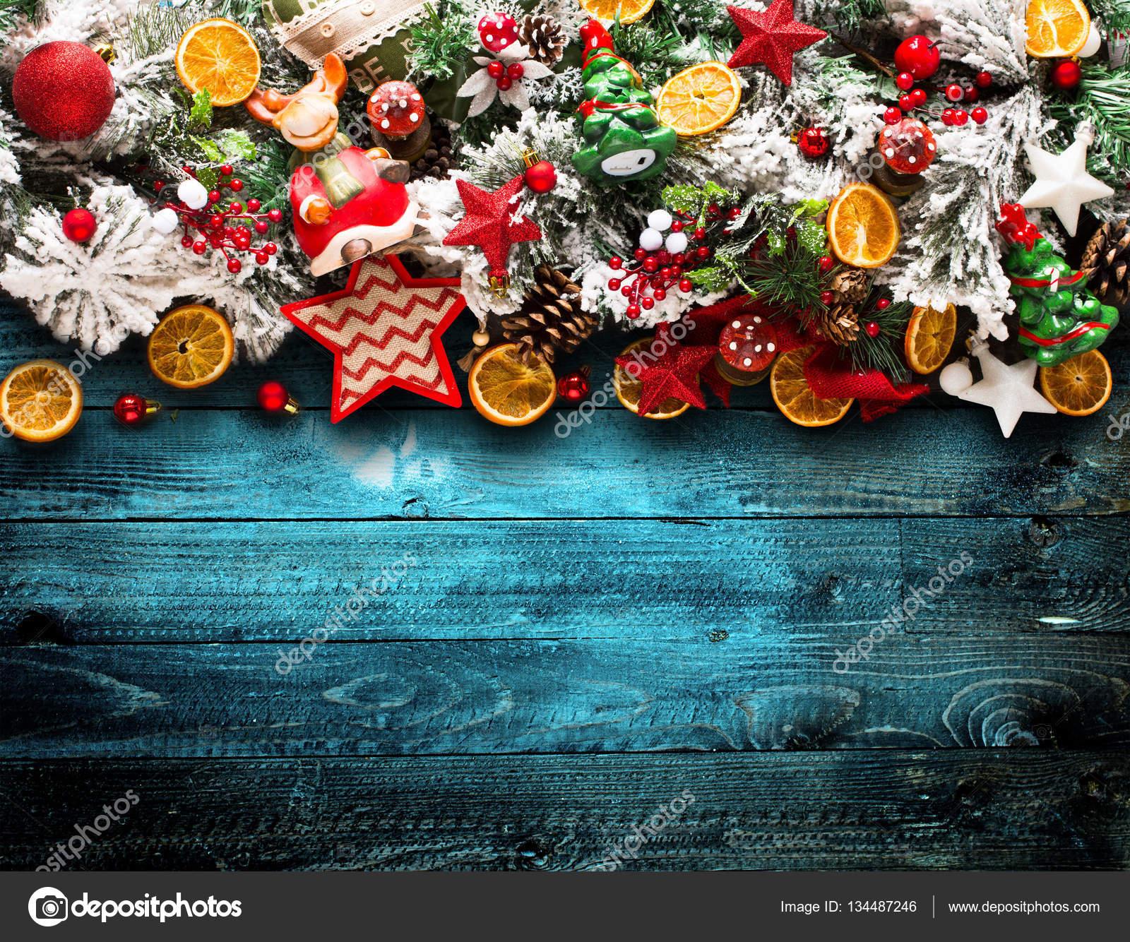 Frohe Weihnachten-Rahmen mit grünen Pinien, bunte Kugeln und ...