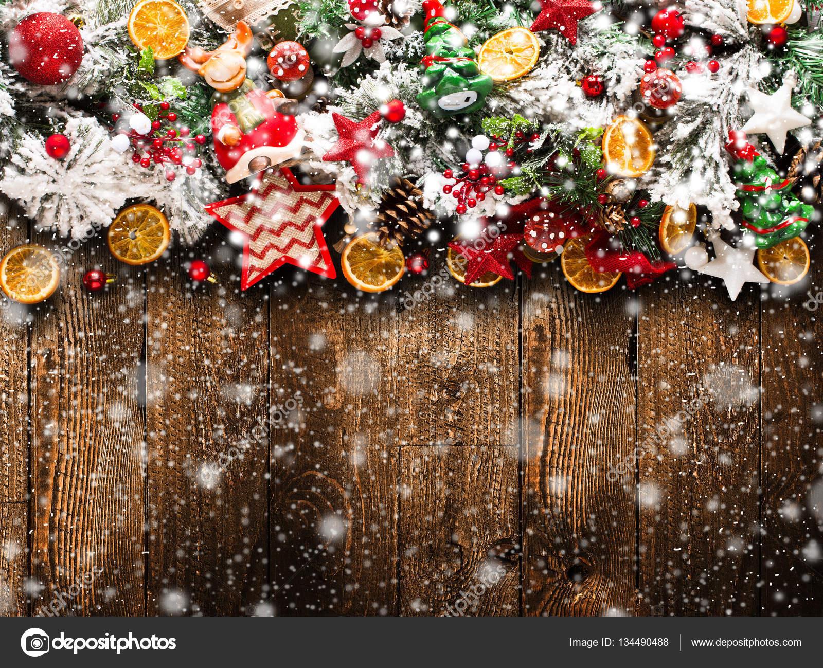 Frohe Weihnachten-Rahmen mit Schnee und Echtholz grünen Pinien ...