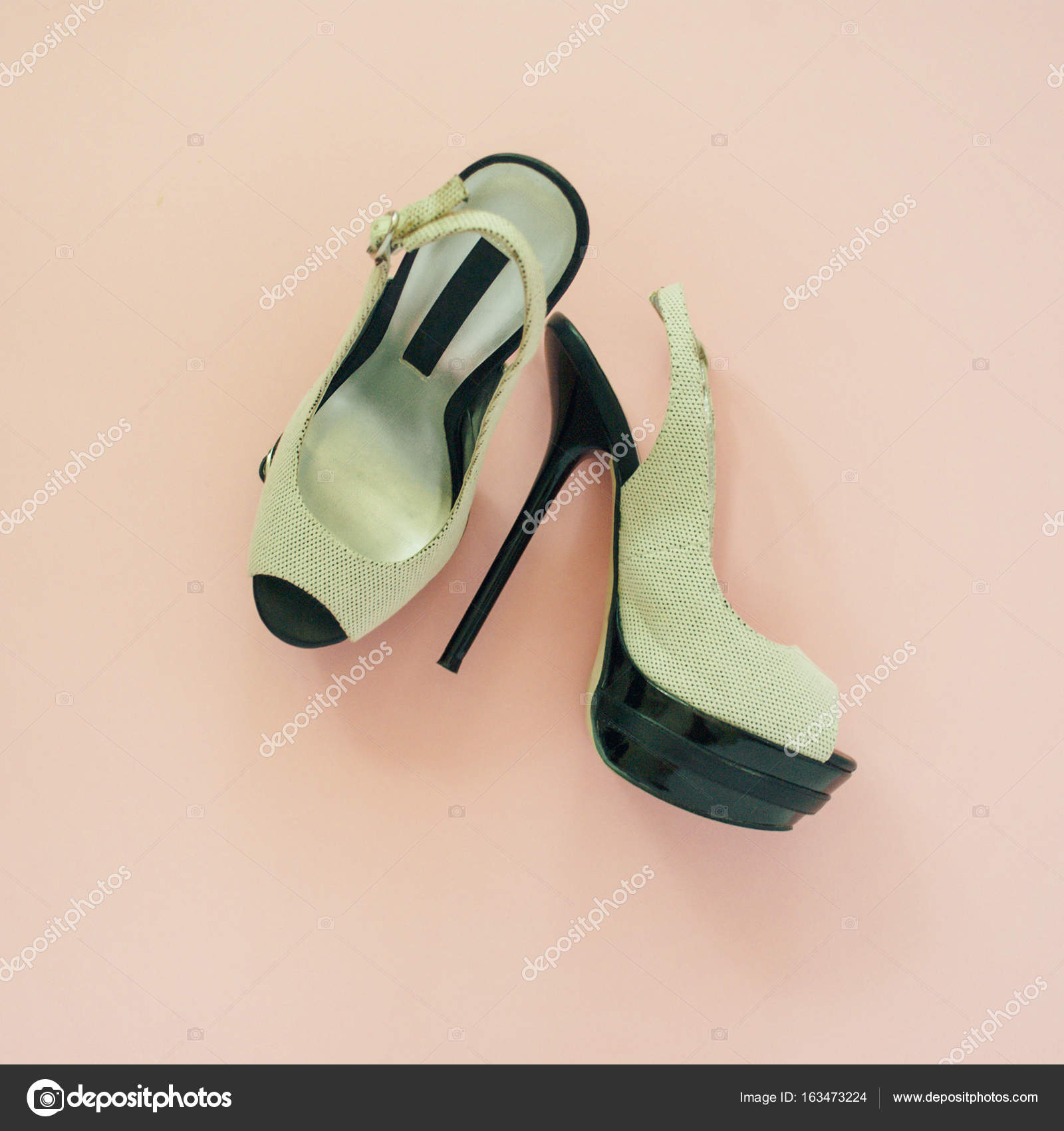 8b1edc496dd Endecha plana de zapatos femeninos en un fondo pastel rosa pálido — Foto de  Stock