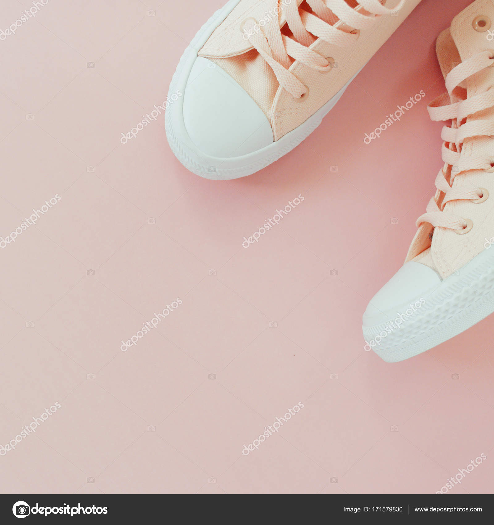 8add455bba7 Plano pone de zapatillas mujer sobre un fondo pastel color rosa pálido.  Lugar para su