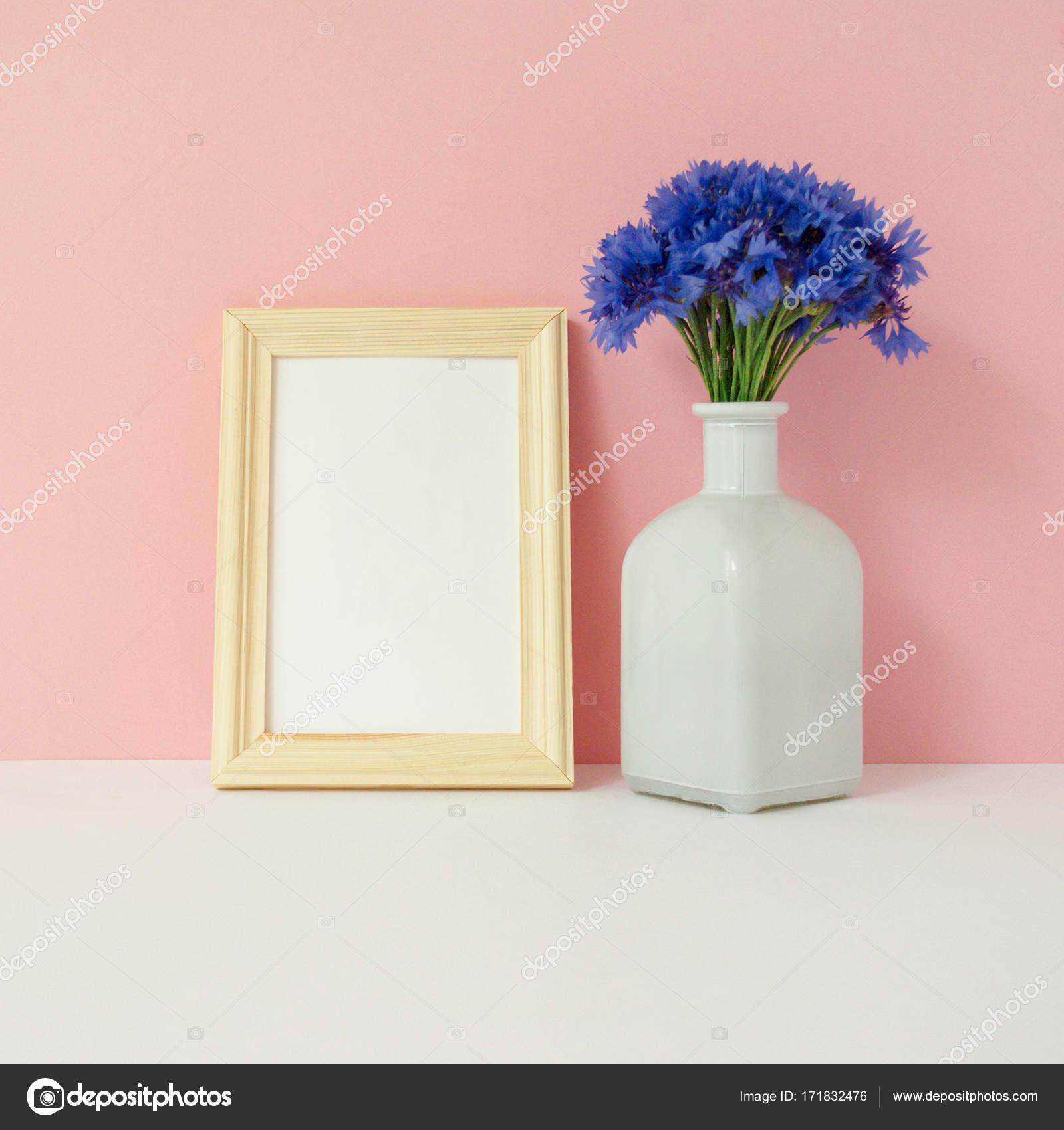 Home-Office Schreibtisch mit Fotorahmen mock-up, Strauß Kornblumen ...