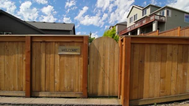 Teken Je Tuin : Film van houten hek met toegangspoort tot tuin pannen een welkom