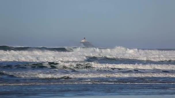 HD-1080p-Video der Wellen mit stillgelegten Tillamook Leuchtturm entlang der Küste von Oregon im Pazifischen Ozean Wintersaison 1920 x 1080