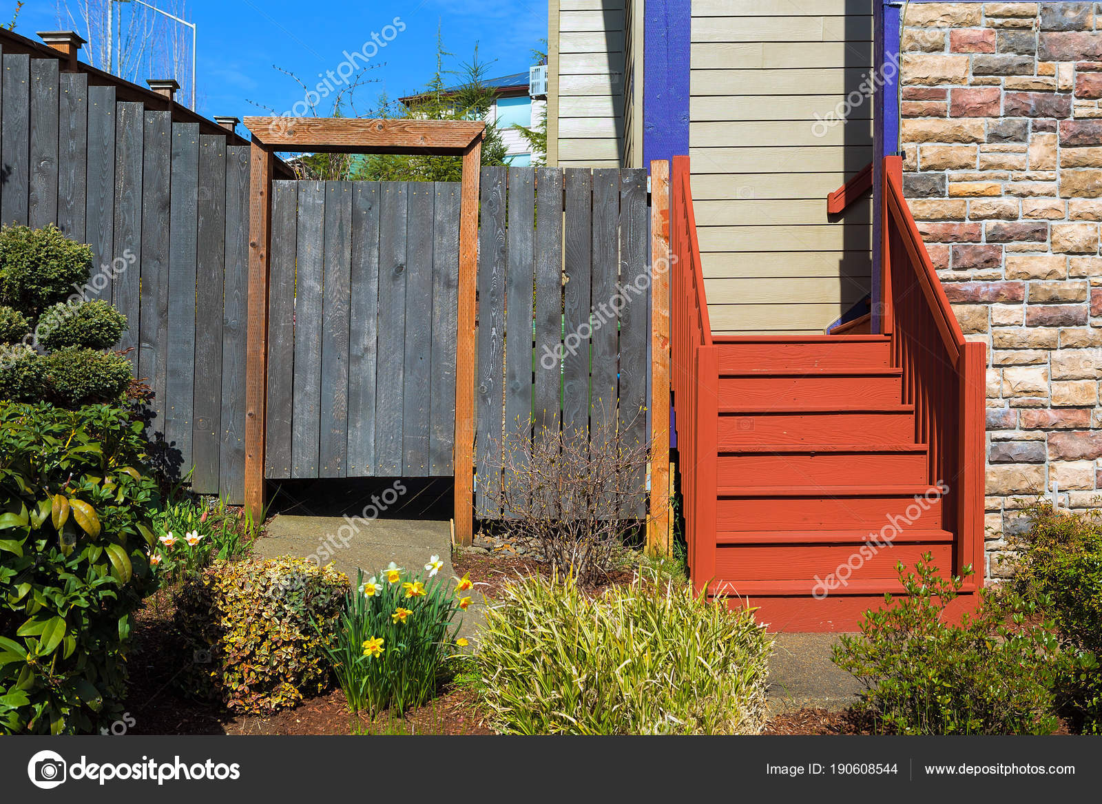 haus vorgarten mit holztreppen und zaun — stockfoto © jpldesigns