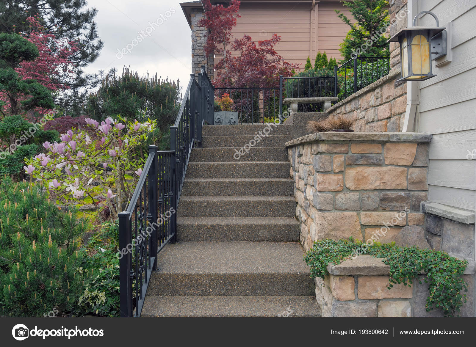 beton treppenstufen zum hauseingang — stockfoto © jpldesigns #193800642