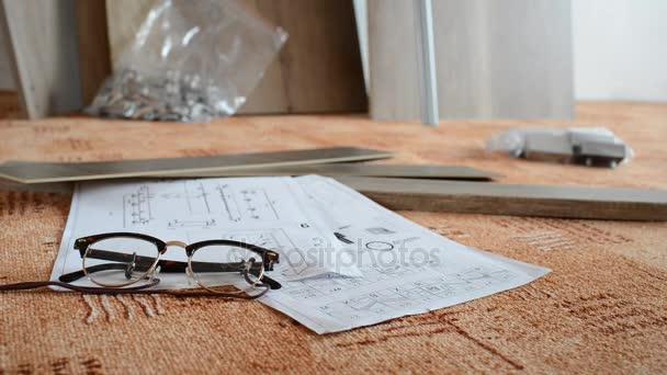 Vorbereitung der Werkzeuge vor der Montage von neuen Möbeln