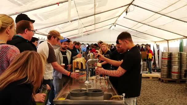 Město Žatec, Česká republika - 6 května 2017: zahájení sezóny tradiční hop. Lidé pijí tradiční české pivo v pivní stan. Přiblížíte. V reálném čase. Se zvukem