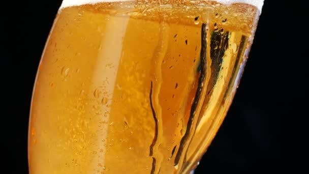 Wassertropfen auf das Bierglas. Blasen steigen und Tropfen fallen.