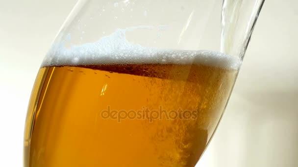 Szakadó sör a pohárba. Buborékok emelkednek. Lassú mozgás.