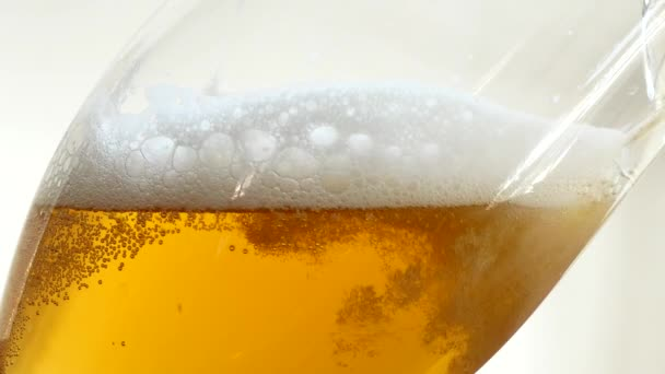 Nalil pivo do skla. Bubliny se zvedá.