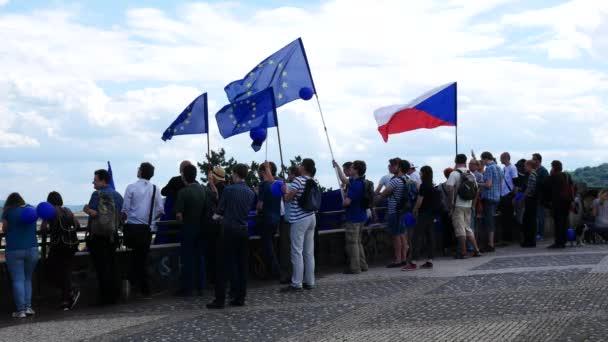 Praha, Česká republika - 2. července 2017: lidé s českou vlajkou a unie vlajka Evropa na Letné Hill