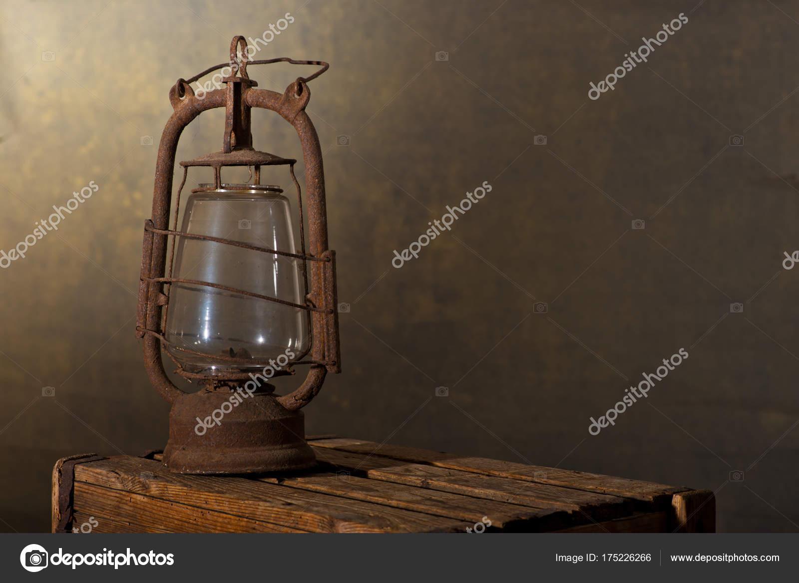 Ancienne lanterne de rusty sur le bureau en bois dans le grenier
