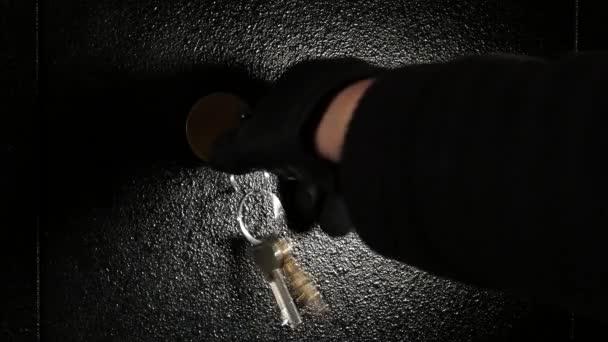 Zloděj bere peníze z trezoru. Žádný pohyb kamery.