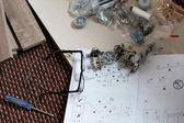Új bútorok telepítés a szőnyegen előkészítése.