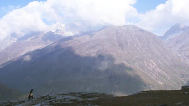 Muž chodí po fantastické scenérie v Himalájích