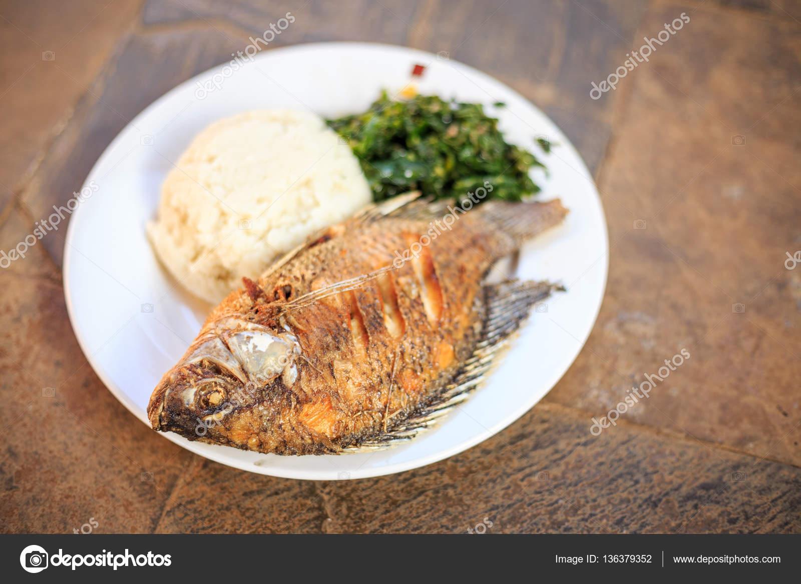 Cuisine Africaine Traditionnelle Ugali Les Poissons Et Les Verts