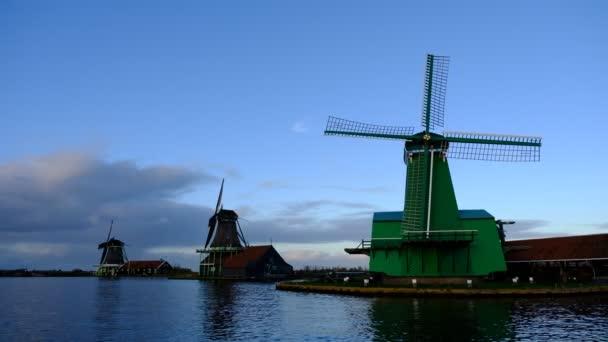 Krásné historické mlýny v Zaanse Schans, Nizozemsko
