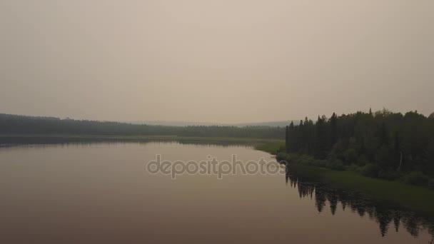 Dunstige See während der gefährlichen Waldbränden in Alberta und British Columbia, Kanada