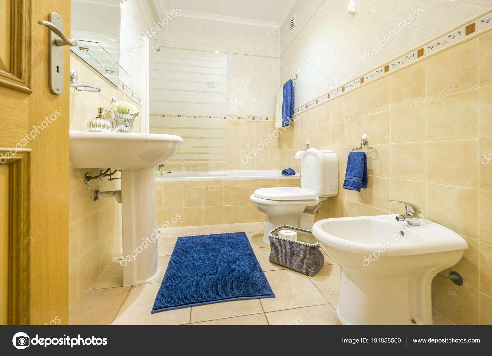 Klassisches Badezimmer mit blauen Handtücher und Teppich — Stockfoto ...