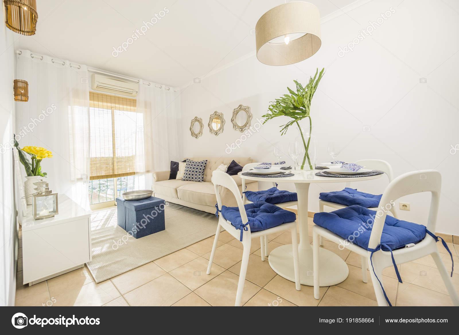Soggiorno con un tavolo da pranzo moderno, lusso, luminoso appartam ...