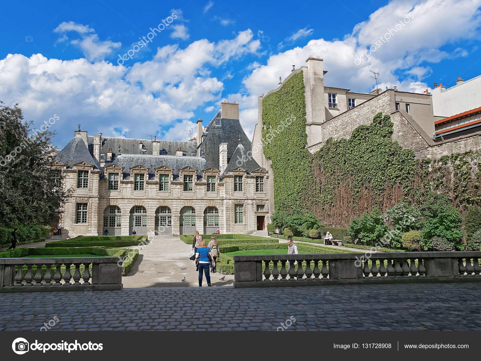 Hotel De Sully Mit Schonen Garten In Paris Redaktionelles