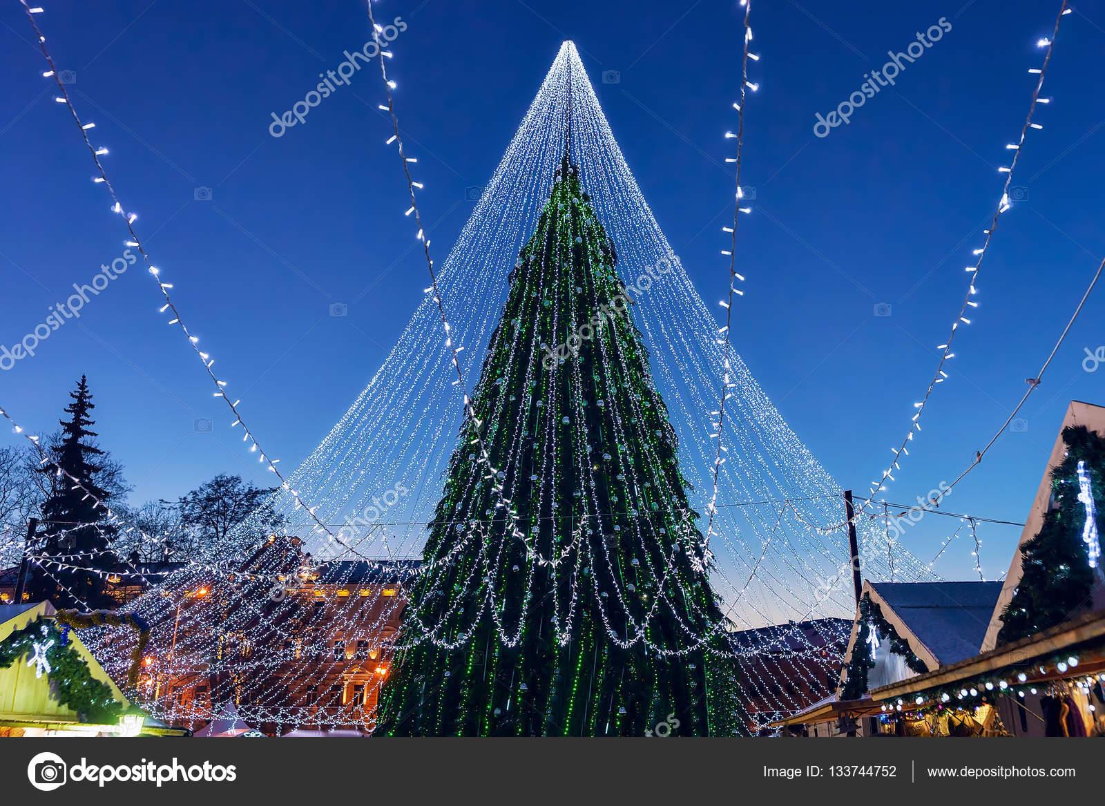 45d0c09e726 Λαμπερό χριστουγεννιάτικο δέντρο με τις διακοσμήσεις που είναι  εγκατεστημένα στο Βίλνιους Λιθουανίας — Φωτογραφία Αρχείου
