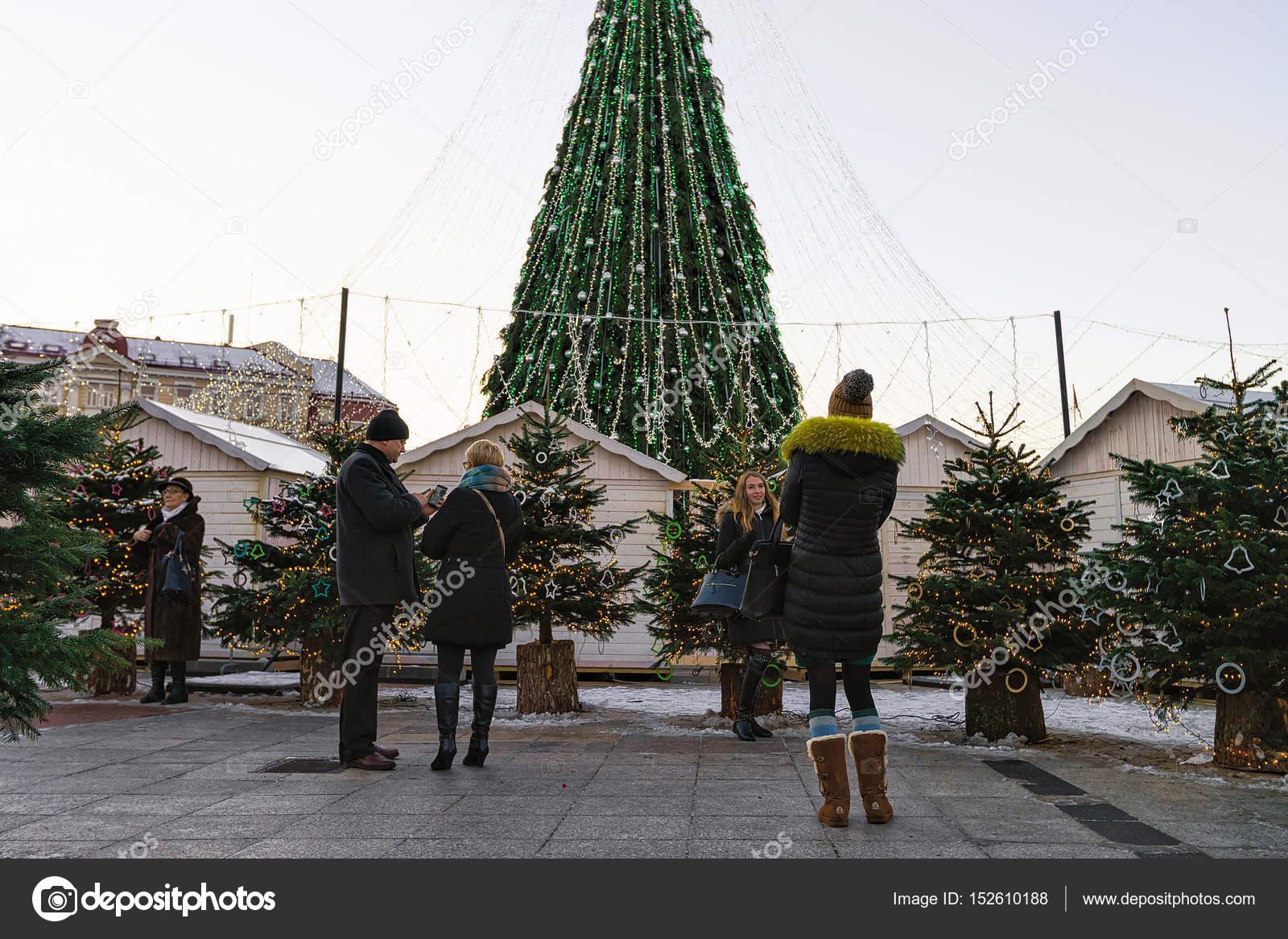967ca30a7e5 Άνθρωποι λαμβάνουν φωτογραφία Χριστούγεννα δέντρα αγορά στο Βίλνιους  Λιθουανίας– Εκδοτικές Φωτογραφίες Αρχείου