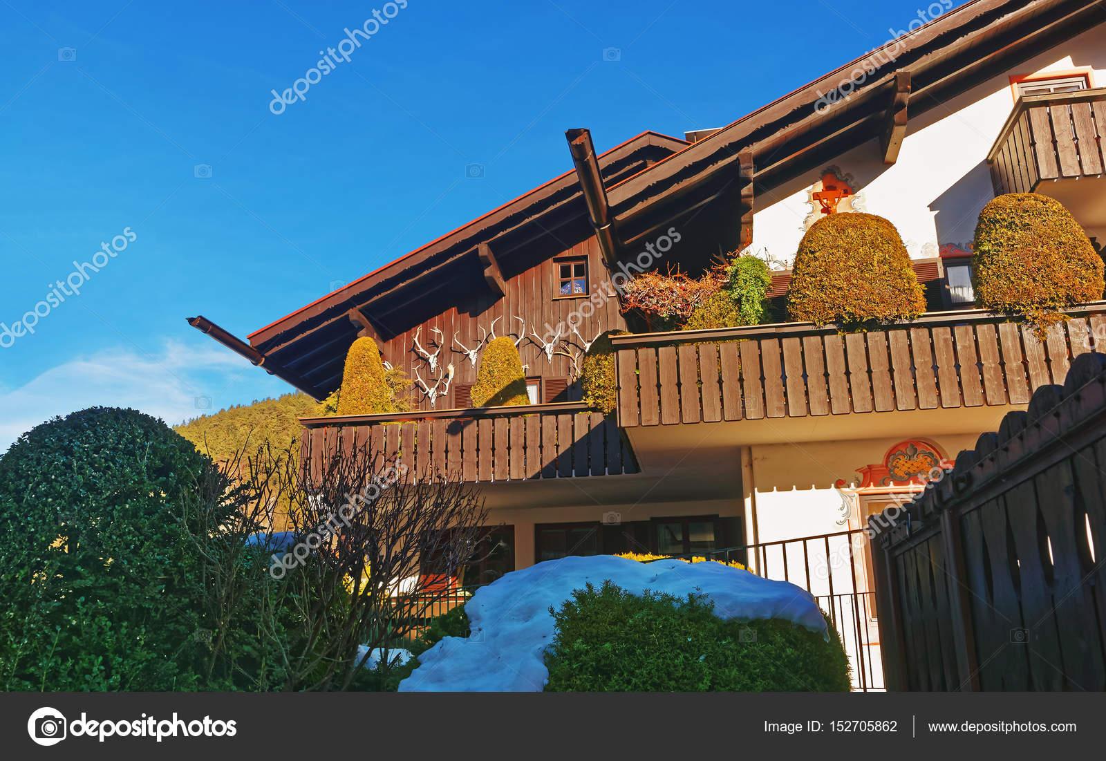 Een Winters Balkon : Балкон с рогами в зимний период Гармиш Партенкирхен u2014 Стоковое фото