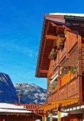 Fotografie Balkon im bayerischen Stil und Alpen im Winter Garmisch Partenkirchen