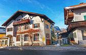 Fotografie Straße mit Hütten und Alpen in Garmisch Partenkirchen
