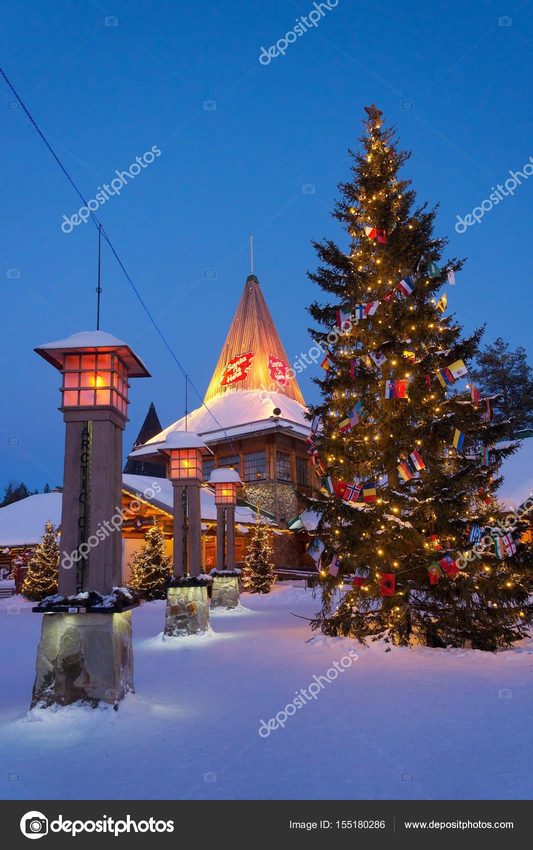 Villaggio Di Babbo Natale In Lapponia.Lanterne Della Via Sul Circolo Polare Artico In Lapponia Del