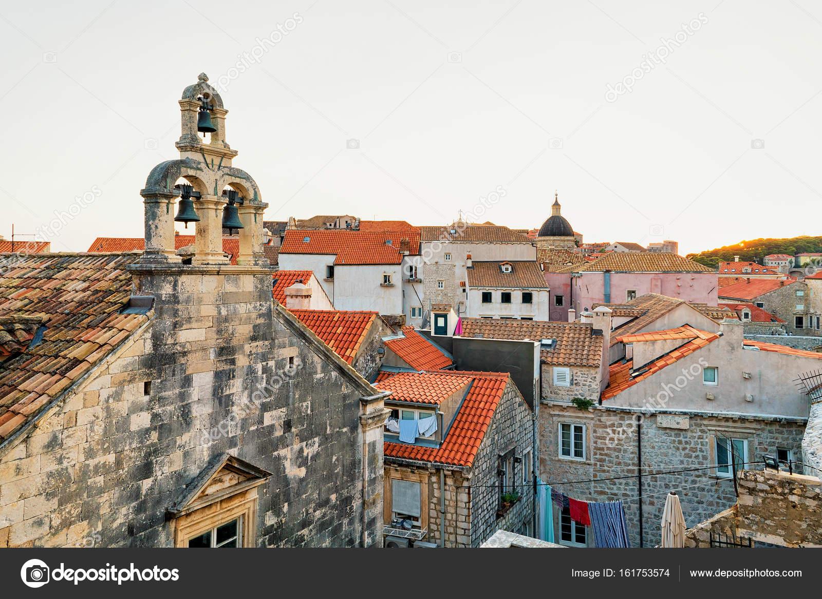 Rode dak tegel van de oude stad van dubrovnik u stockfoto