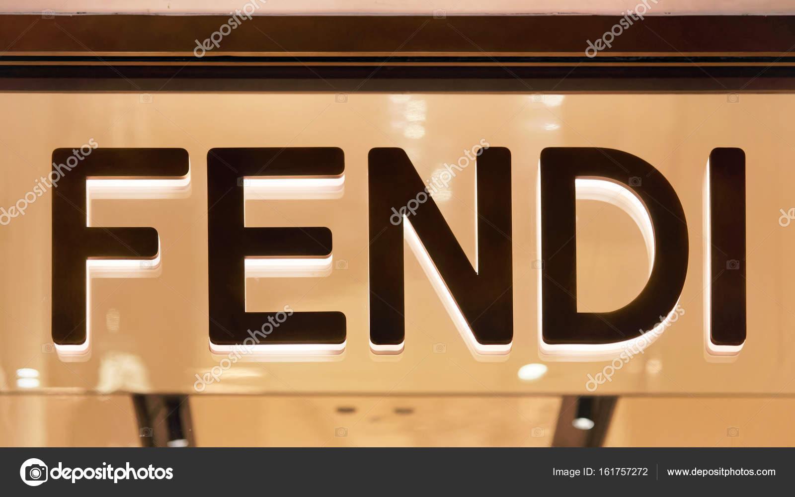 Rome, Italie - 14 octobre 2016   Fendi signe sur vitrine rue de Rome, Italie  — Image de erix2005 df962fc656d