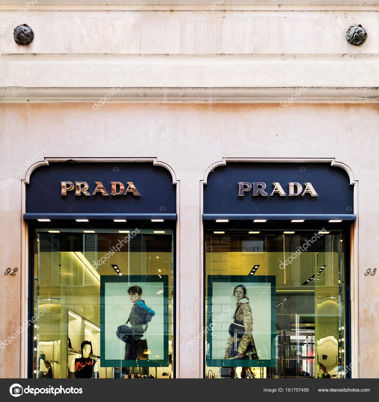 Rome, Italie - 14 octobre 2016   Prada nomdu vitrine rue, à Rome — Image de  erix2005 6a561fb6eb5