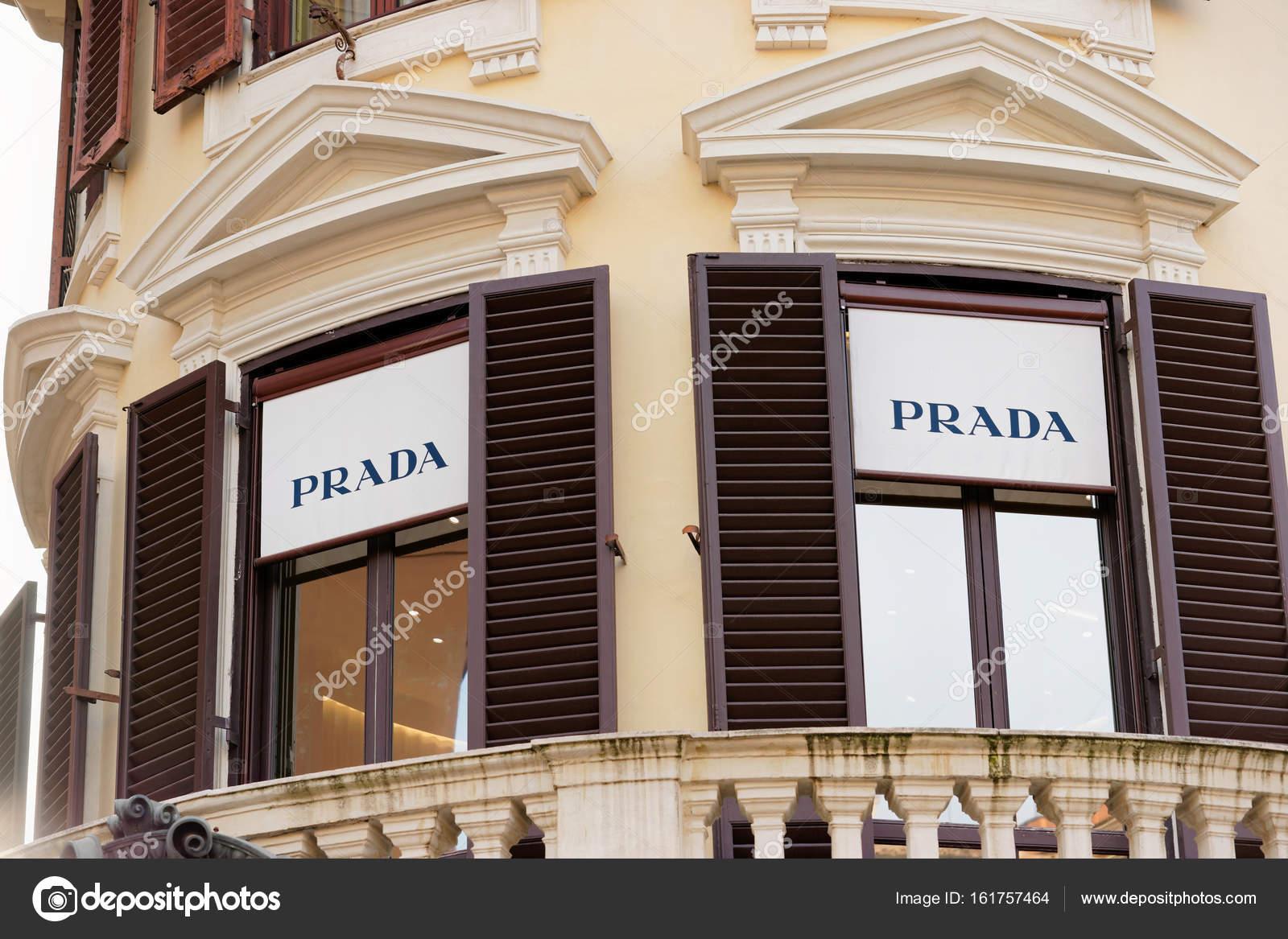 size 40 aed21 a7d40 Nome de Prada na janela da loja de rua de Roma — Fotografia ...