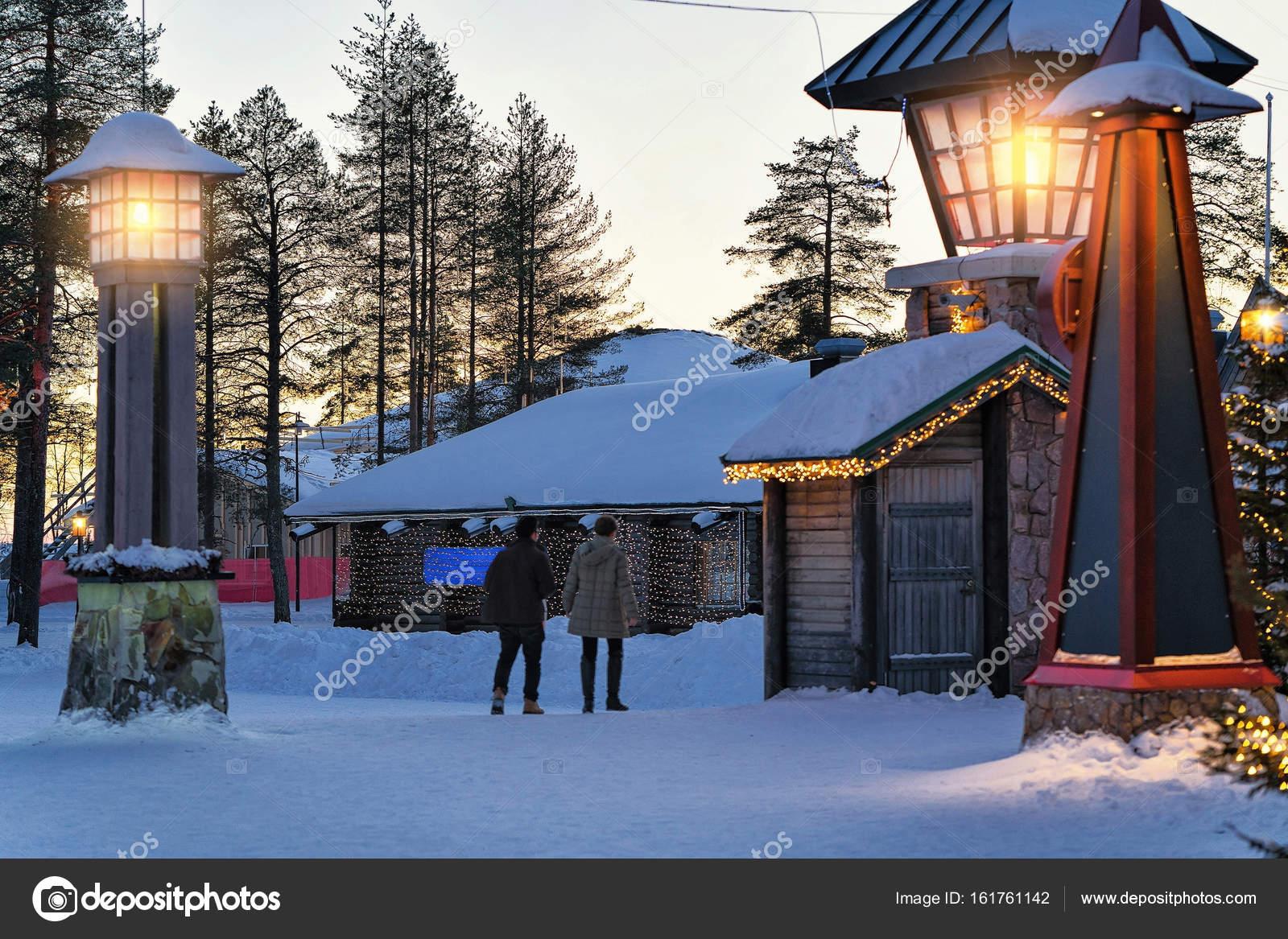 Villaggio Di Babbo Natale In Lapponia.Coppie Nel Villaggio Di Babbo Natale In Lapponia Scandinavia