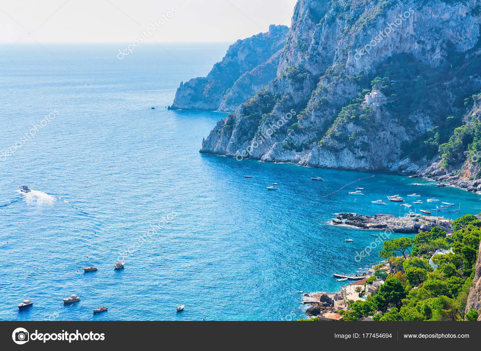 カプリ島のティレニア海のマリー...