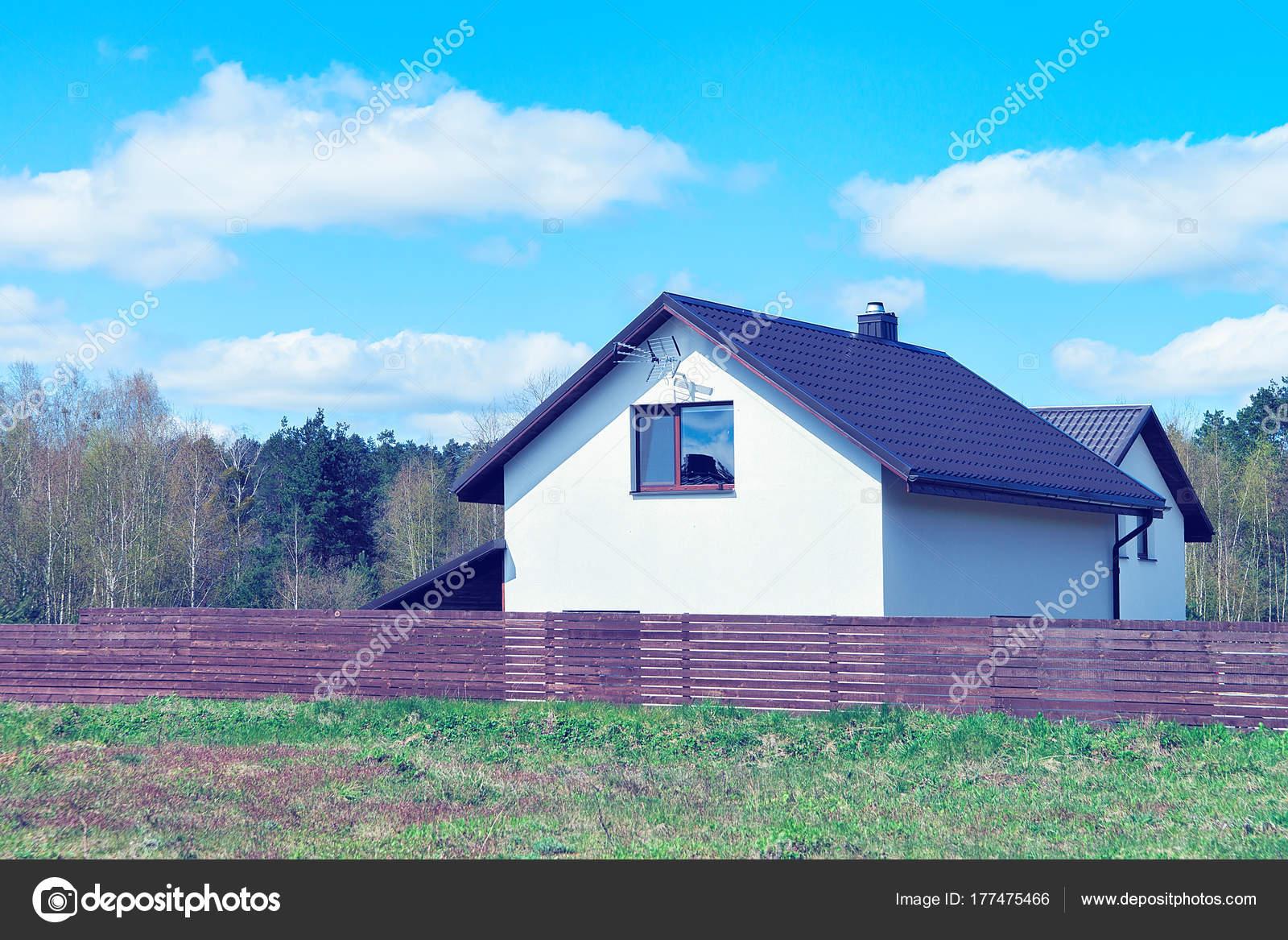 Modernes Ferienhaus Haus Mit Zaun Und Court Yard Stockfoto
