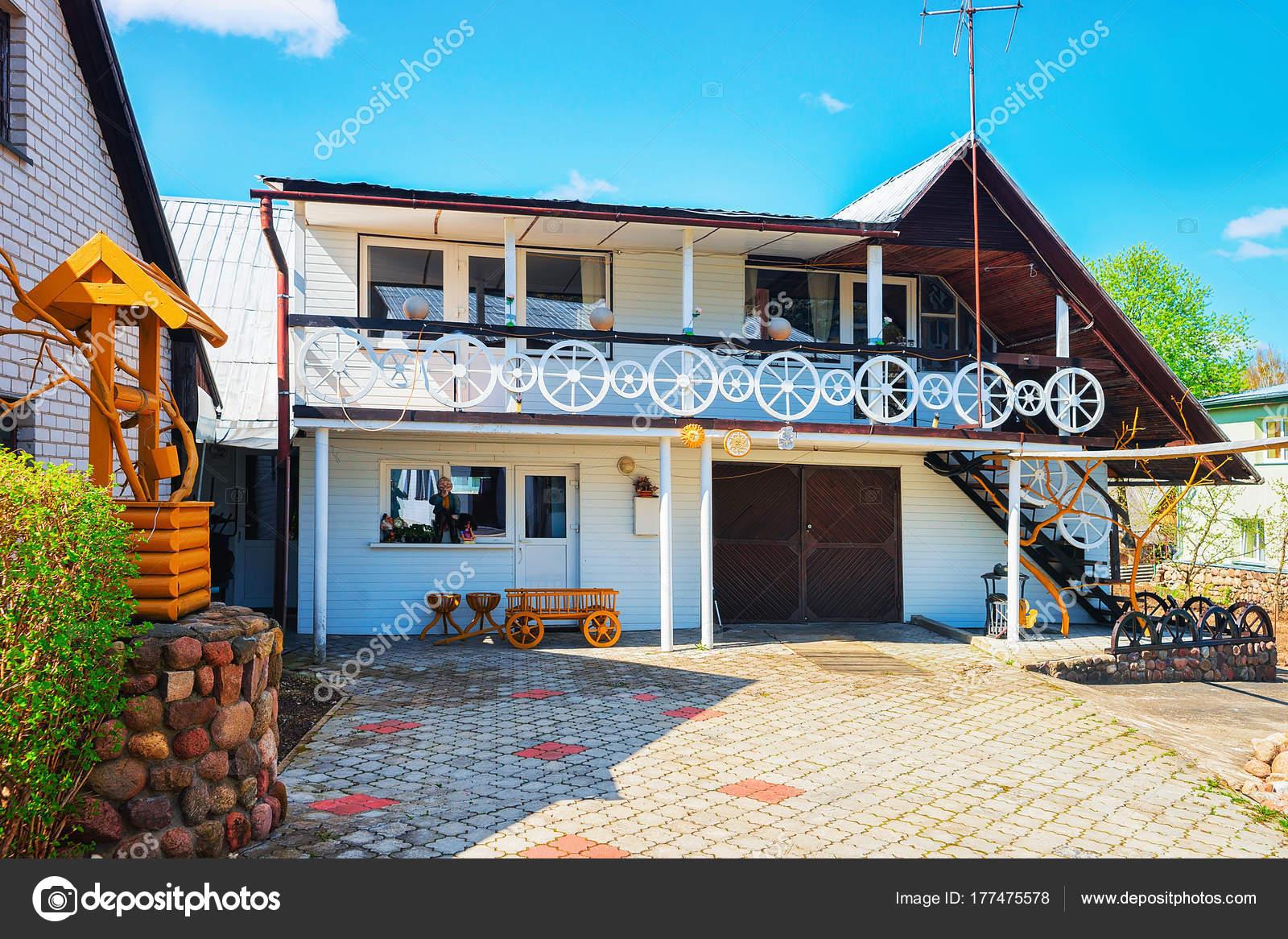 Casa di paese moderno con arredamento foto stock for Case con arredamento moderno