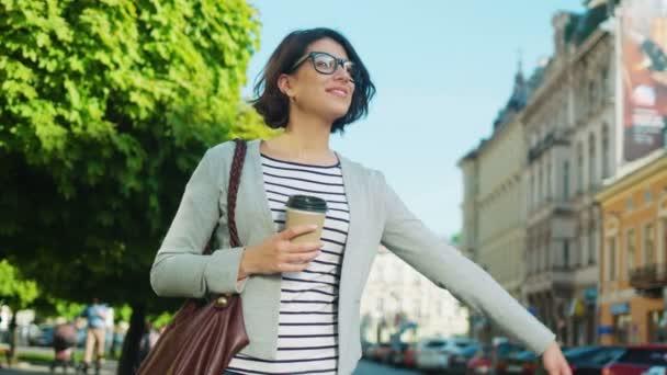 Happy krásná žena snaží zastavit taxi, taxi na ulici města. Žena mává rukou chytit auto