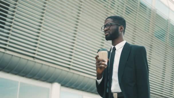 Moda Uomo Ufficio : Attraenti nero uomo d affari afroamericano camminando vicino