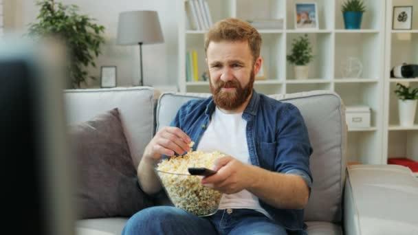 Fiatal csípő pattogatott kukoricát eszik, és érdekes filmek a tévében keres otthon a kanapén pihenve.