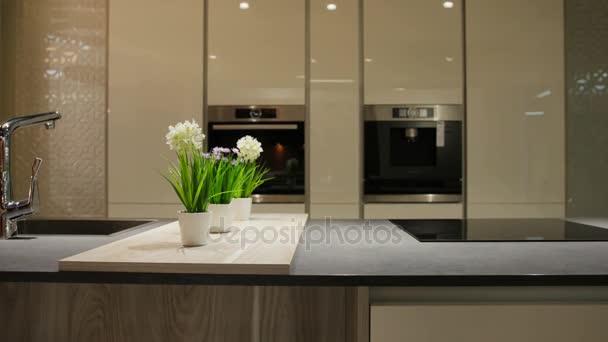 Zblízka pohled na bílé stylové kaluž pro vaření v kuchyni v moderním stylu světlo.