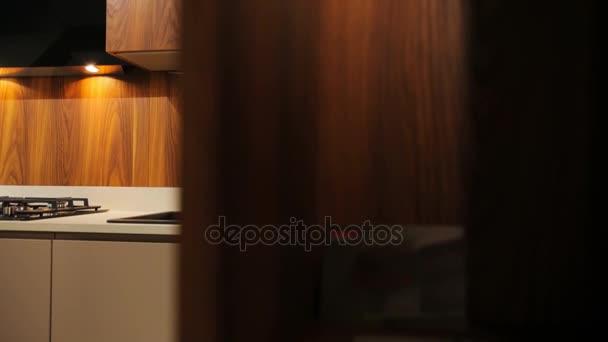 Pohled z hnědého dřeva stylové umyvadla v kuchyni v moderním stylu.