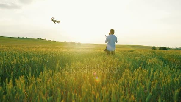Resultado de imagen para imagen de niño jugando en el campo