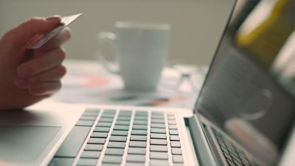 Nő vásárlás online segítségével a laptop számítógép és a bank hitelkártya. Lövés közelről